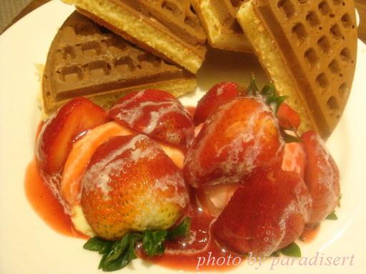 左為卡士達醬,右為草莓冰淇淋