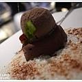 巧克力榛果醬慕斯配優格奶泡佐巧克力冰激凌