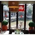 坐在一樓可以看看外面的遊客