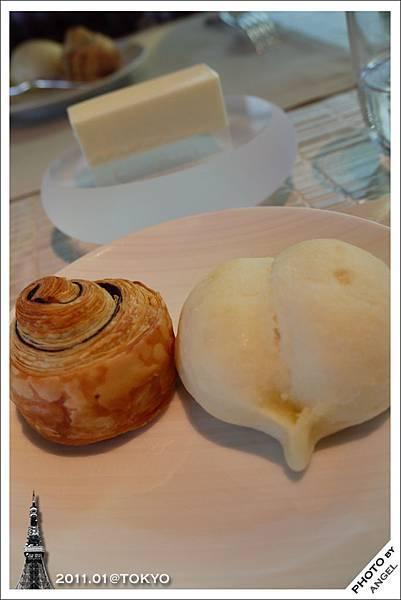 餐前麵包搭配奶油