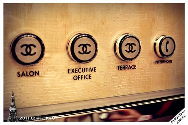 連電梯按鈕都是雙C標誌
