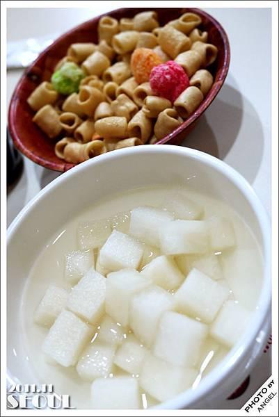 橋村炸雞~餐前附的醃蘿蔔&小餅乾