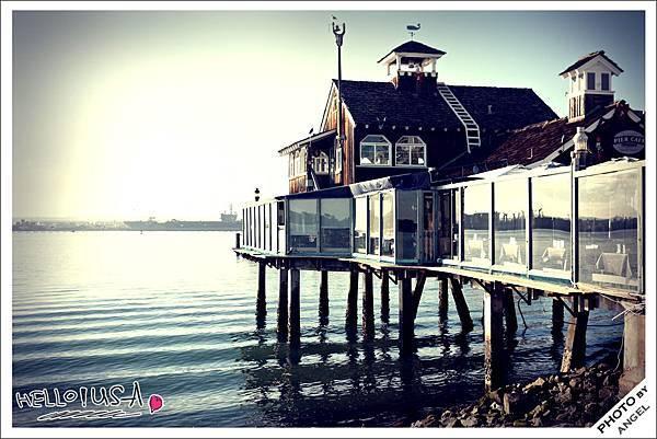 佇立在海中的餐廳真是美呆了!!!.jpg