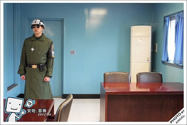 士兵背後的門就是北韓,所以他是能夠保護我們的最後一道防線