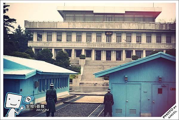 遠方北韓的士兵正透過望遠鏡監控著我們