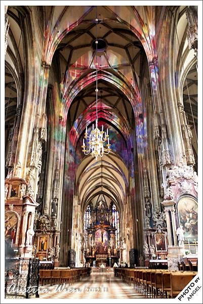 打了彩色燈光的教堂美到讓我忍不住驚呼
