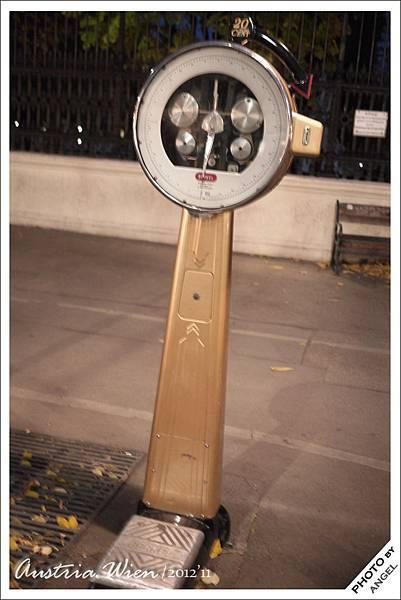 有人知道大馬路上擺個秤是為什麼嗎