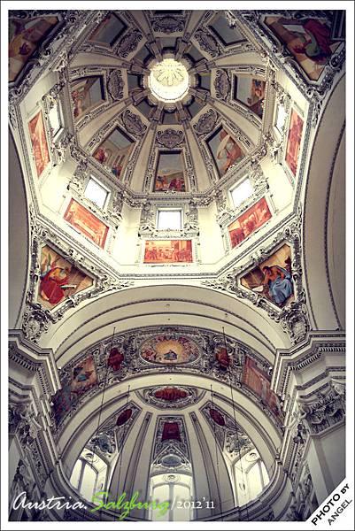 教堂中央圓頂的美麗壁畫