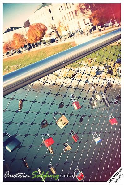 為什麼大家都喜歡在橋上掛鎖???