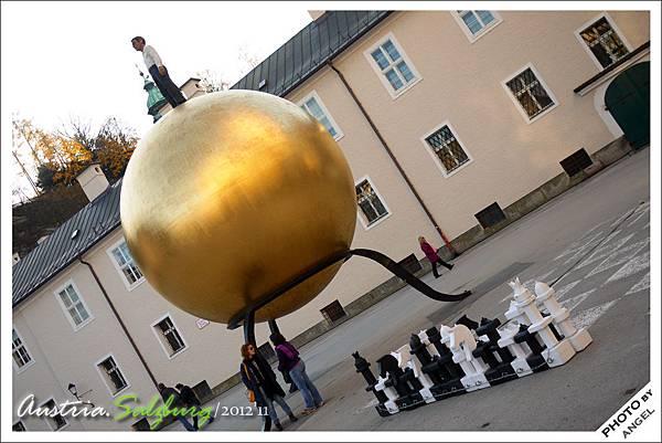 廣場上醒目的大金球
