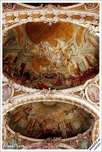 精緻的天頂壁畫