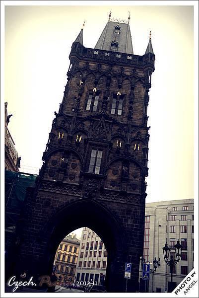 屬於13座城門之一的火藥塔