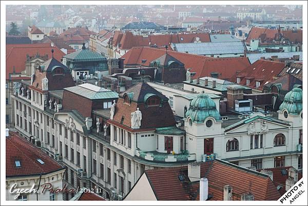 紅瓦綠頂構成了布拉格