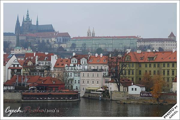 從橋上就能遠眺布拉格城堡