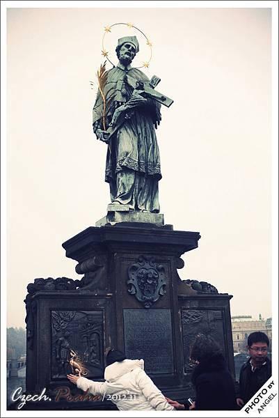 據說觸摸聖約翰‧內波穆克像下方的浮雕就會帶來好運