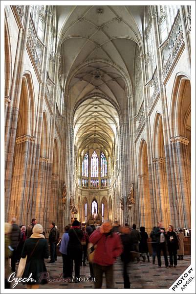 內部採用栱型迴廊,比圓柱節省空間