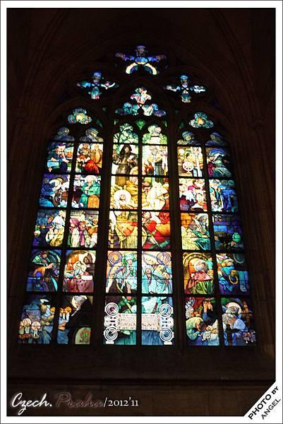 教堂內最受歡迎的玻璃花窗---慕夏之窗
