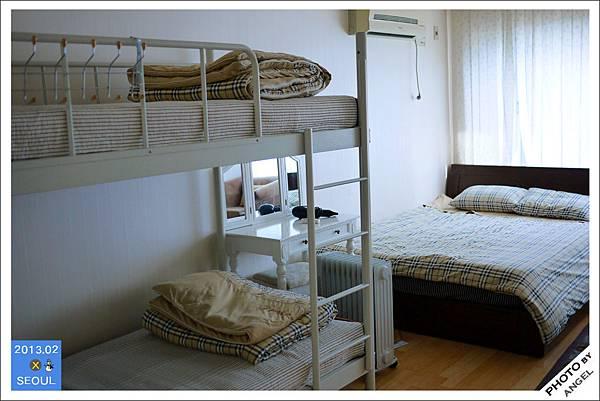 4人房的床是一張上下舖一張雙人床