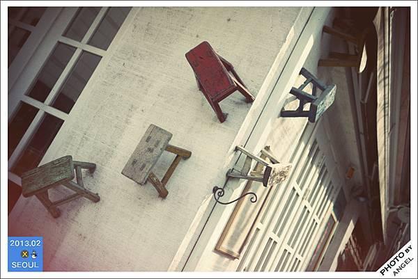 牆上的小椅子裝飾