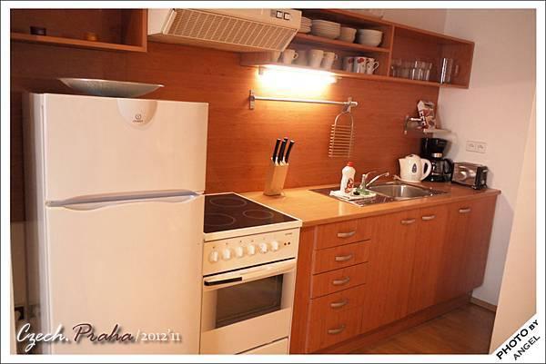 廚房設備一樣齊全但少了洗衣機