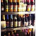 冰櫃裡有數十種不同口味的啤酒等你嘗試