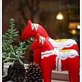 窗台上的紅色小馬