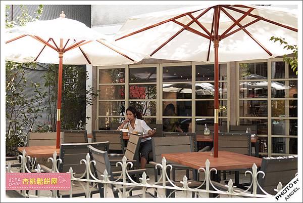 戶外用餐區在新開幕期間變成了等候區