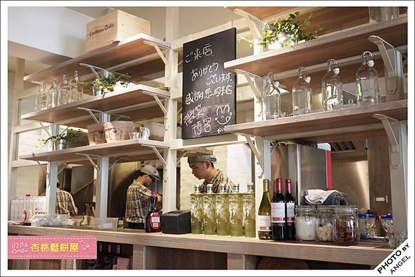 利用層層的木架把用餐區和開放式廚房區隔開來