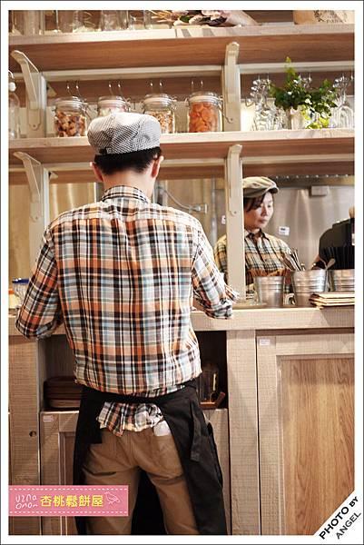 店員的制服和室內的裝潢非常搭配