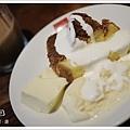 戚風蛋糕加冰淇淋再淋上鮮奶油...當地人都這麼吃的