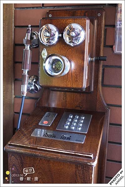 餐廳入口的復古電話