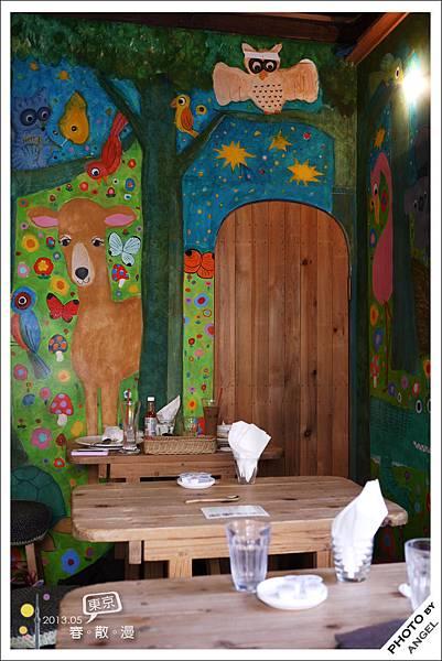 牆上的壁畫是由兩位知名插畫家所畫的