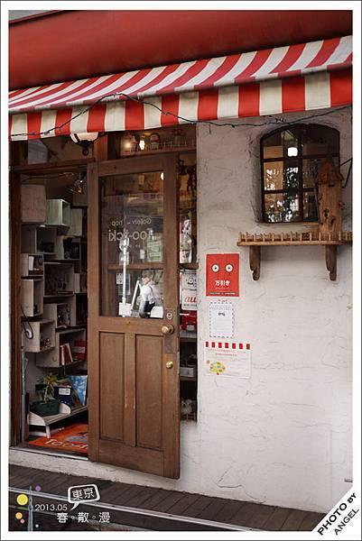 隔壁的紅色小店則是HATTIFNAT的生活雜貨專賣店