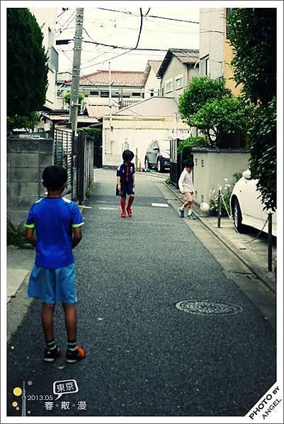 路邊玩耍的小孩子們