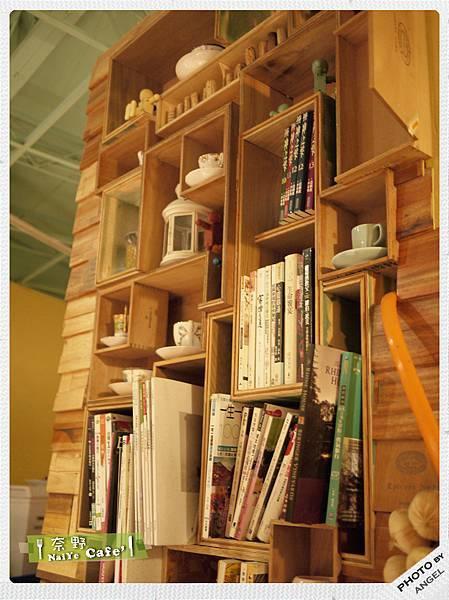 店內一角的小小書牆.jpg