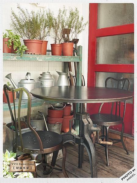 門前的鐵製桌椅.jpg