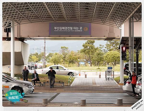 過馬路前往輕軌電鐵站.jpg