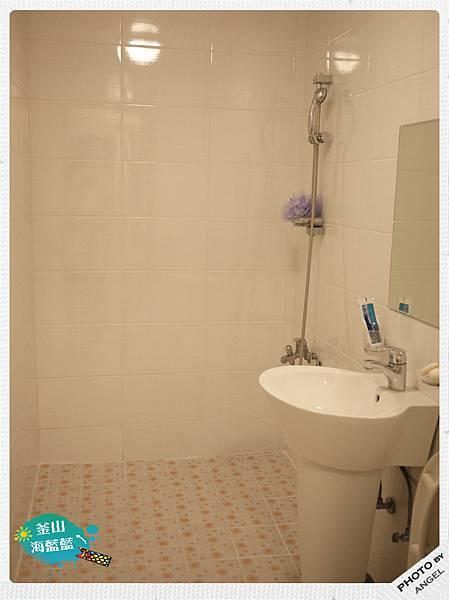 房間很小浴室卻很大.jpg