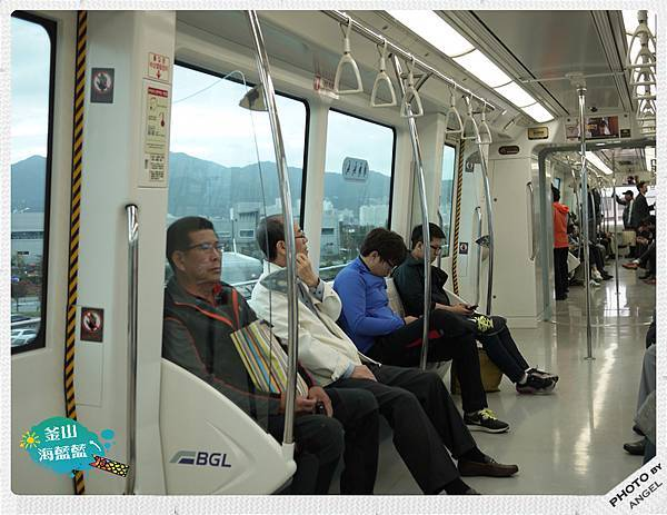 小巧的車廂類似文湖線列車.jpg
