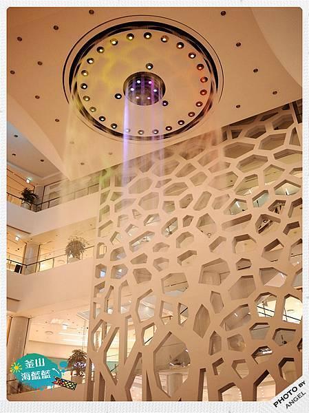 樂天百貨有世界最大的室內音樂噴泉.jpg