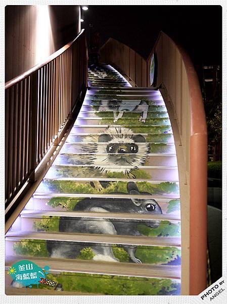 通往樂天百貨展望台的樓梯.jpg