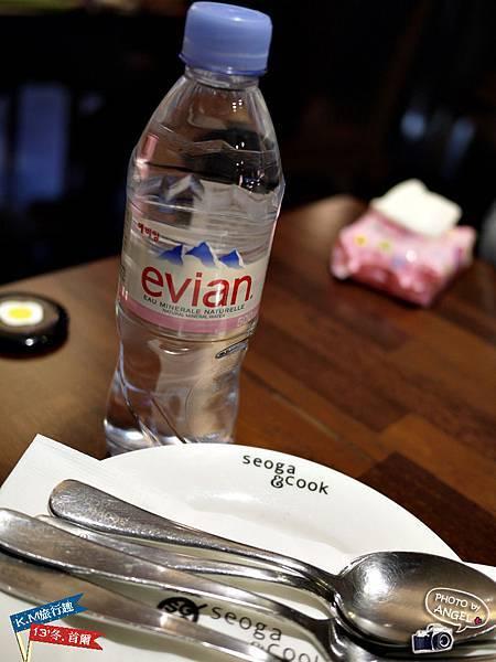 每桌都提供一瓶免費的愛維養.jpg