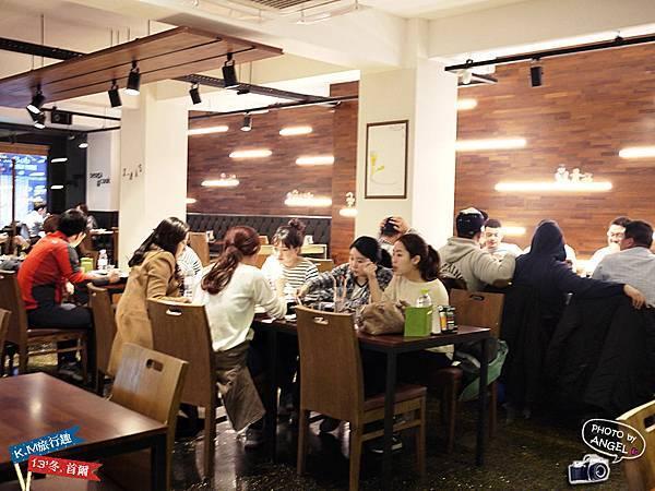 用餐時間可是兩層樓坐滿滿.jpg