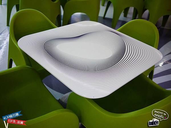 這桌子看久了會頭暈.jpg