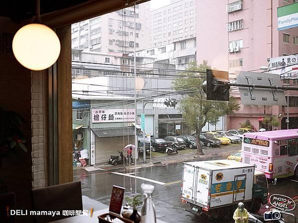 雖然只是平凡的街景,但一大片的窗戶還是讓人感覺很舒服.jpg