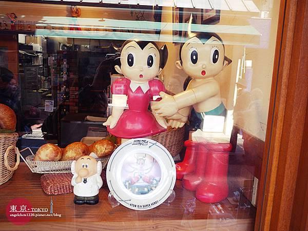 走進麵包店還有更多老闆收集的原子小金剛.jpg
