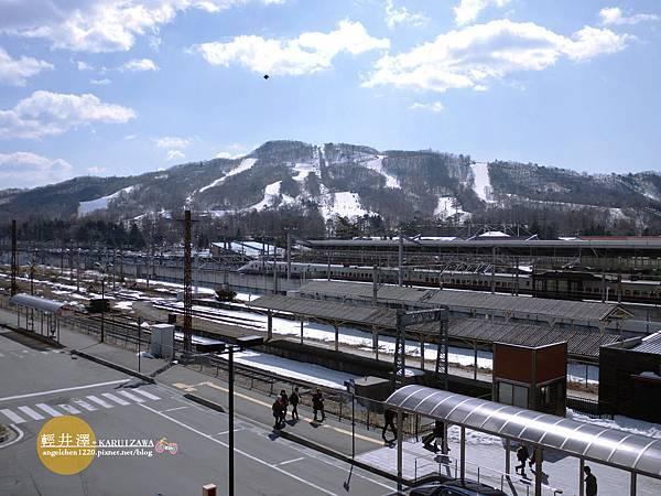 遠處就是滑雪場.jpg