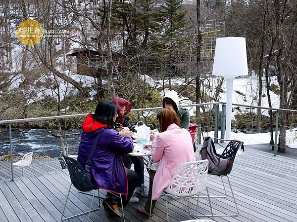 坐在小河邊享用午餐...冷啊.jpg