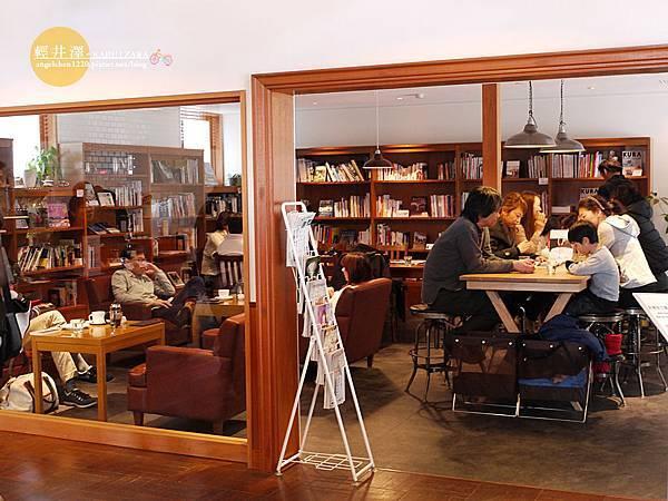 榆樹街分店是一間結合書店的複合式咖啡屋.jpg