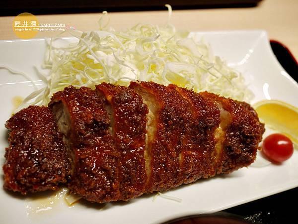 豬排雖然沾滿了醬汁但還是保有脆度,比想像中好吃.jpg